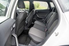 Zadní sedadla zaujmou zejména prostorem pro hlavu. Komfort nabízejí spíše průměrný aodpovídající velikosti vozu