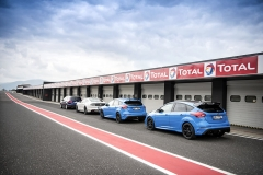 Ford Focus RS Edition jsme zkoušeli na autodromu v Mostě po boku standardní verze RS, Fordu Mustang a Focusu ST