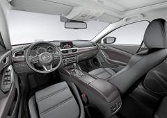 Značná vnitřní šířka a kvalitní použité materiály Mazdy 6 vytvářejí dojem o segment většího vozu