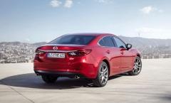 Mazda 6 sedan zaujme kombinací sportovní elegance. Vpravo: Atmosférické zážehové motory Skyactiv-G