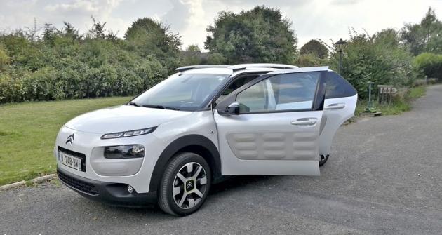 Všechny tři technické novinky jsme zkoušeli vnenápadně působícím prototypu Citroën C4 Cactus. Pro přímé srovnání jsme měli kdispozici Cactus vsériovém provedení
