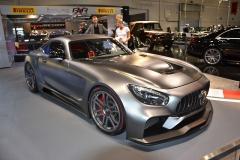 Úplně čerstvou novinku společnosti IMSA, kupé RXR One, přivezli z dílny rovnou do expozice. Jejím základem je Mercedes-AMG GT S. Vůz zcela přetvořili a odlehčili. Cílem není závodní dráha, nýbrž běžný provoz