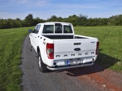 ford-Jednoduchý trubkový zadní nárazník patří kvýbavě pracovních verzí karoserie