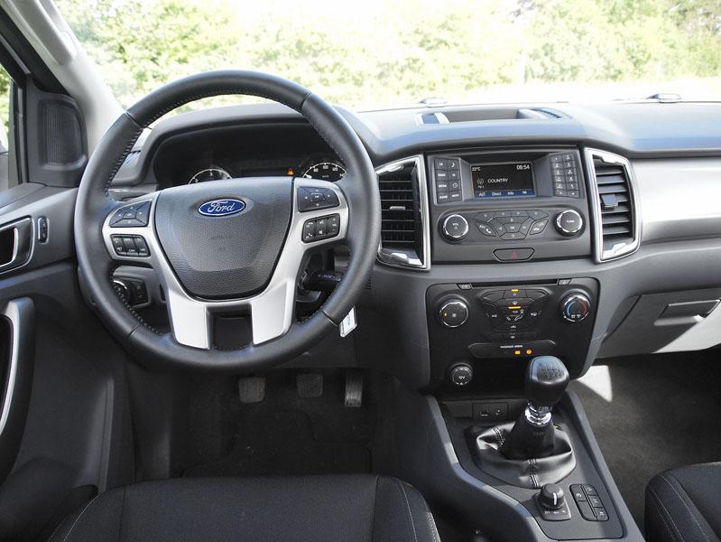 ford-Výborný volant, manuální řazení a přehledná palubní deska zaslouží pochvalu