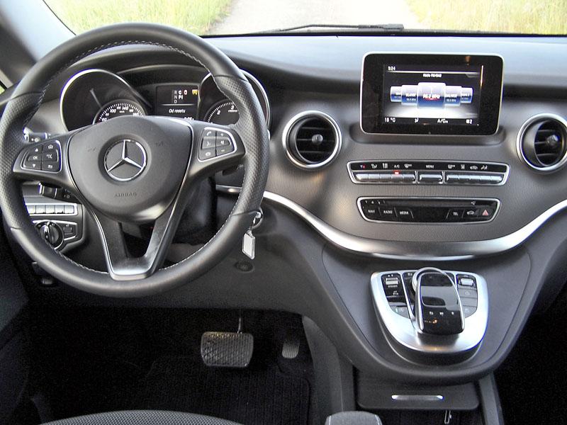 mb-Až luxusně vypadající palubní deska si zachovala řadu klasických tlačítkových ovladačů pod displejem multimediálního systému s navigací