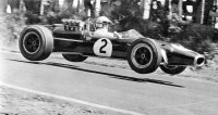 Formule 1 na Nürburgringu prostě létaly, na snímku Denny Hulme, mistr světa 1967 s vozem Repco-Brabham