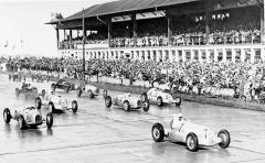 Start Eifelrennen 1937, na první pozici Manfred von Brauchitsch z továrního týmu Mercedes-Benz (startovní číslo 7)