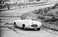 Hermann Lang (Mercedes-Benz 300 SL), vítěz závodů sportovních vozů v roce 1952
