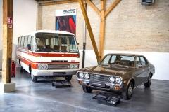 70. léta. Vlevo autobus pro 26 lidí Mazda ParkWay (1976) s rotačním motorem a vpravo Mazda 929 (1975) se čtyřválcem 2,0 litru ovýkonu 66 kW (90 k)