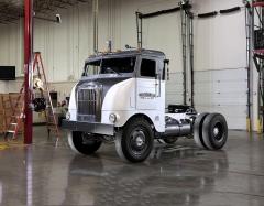 Freightliner 600, první s hliníkovou budkou, oficiálně zahájil historii značky v roce 1942