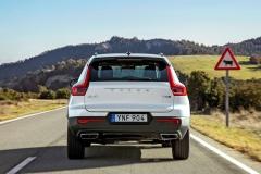 Nová XC40 je nezaměnitelná i při pohledu zezadu, ato rovněž zásluhou širokého víka s retrospektivně laděným nápisem Volvo