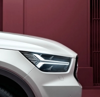 Volvo XC40 je začátkem nové generace kompaktních vozů řady 40. Typické prvky včetně předních svítilen s Thorovým kladivem se však objevují i zde