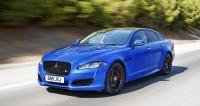 Změny designu jsou u modernizovaných Jaguarů XJ minimální. Verze XJR575 zaujme leskle černými doplňky karoserie