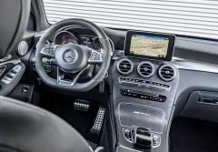 Palubní deska svým tvarem vychází z třídy C. Pro verzi AMG jsou typické velké plochy s dekorem z uhlíkových kompozitů, specifický volant a nezbytný nápis na krytce prostoru pro držáky nápojů
