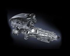 Dvojice elektromotor/generátorů, planetový slučovač/dělič výkonu, stejně jako třístupňová samočinná převodovka jsou integrovány do jedné skříně, pevně navazující na přeplňovaný šestiválec