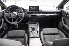 Palubní deska avysoký středový panel řidiče příjemně obepínají