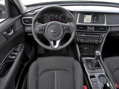 Jednoduché pracoviště řidiče sice nebudí emoce, ale je velmi přehledně rozvržené a dobře vybavené