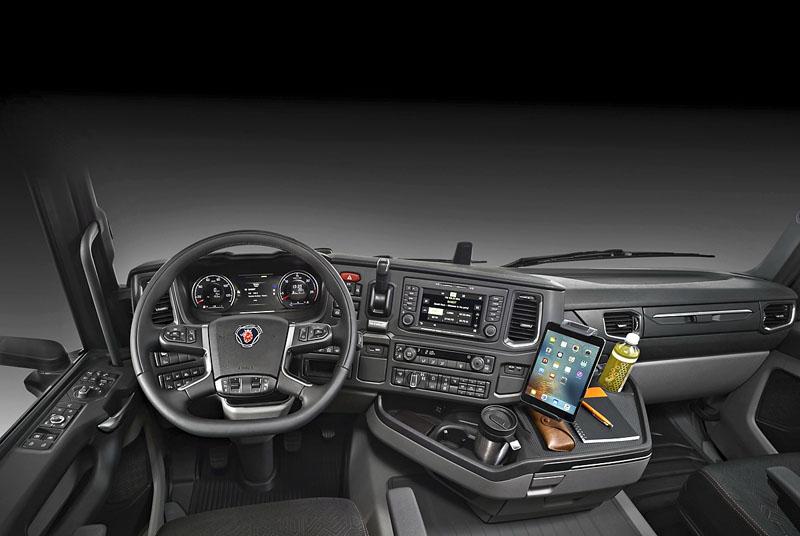 Pracoviště řidiče a detail ovládání Opticruise (pod volantem) a zajišťovací brzdy spínačem