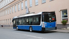 Autobus SOR NS 12. Proti elektrické verzi ENS 12 je patrné menší zadní okno