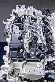 Motor vyžaduje přesné dávkování paliva, proto je nasazeno vstřikování pracující s velmi vysokým tlakem