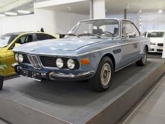 BMW 2.5 CS (1974). Poslední verze řady E9 s šestiválcem M30, zmenšeným z důvodu spotřeby a emisí v ropné krizi na 2,5 l. V této specifikaci vzniklo jen 844 vozů