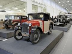 BMW Dixi (1928). Zástupce prvního automobilového typu značky BMW azároveň nejstarší vůz ve sbírce. Pozoruhodný je cenný originální stav včetně střechy, čalounění a karoserie, a aby vůz neztratil autenticitu, nebude restaurován