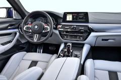 """Palubní deska je shodná s ostatními verzemi BMW řady5. Má však několik """"červených"""" odlišností"""