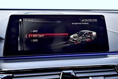 Zvolit vhodný druh pohonu je velmi snadné. Pro zrychlenou volbu lze navíc konkrétní nastavení pohonu 4x4 včetně dalších systémů uložit do tlačítek M1 a M2 na volantu