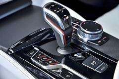 Centrum pro nastavování jednotlivých systémů vozu. Tlačítko symbolizující výfuk jej dokáže například při jízdě na dálnici ztlumit a z M5 se stane tichý polykač kilometrů
