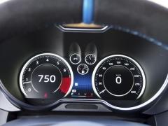 Digitální přístrojový štít je standardem, svoji grafiku mění podle jízdního režimu (na snímku výchozí Normal)