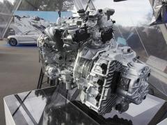 Zážehový čtyřválec s objemem 1,8 l je odvozen z jednotky 1,6 l z Clia R.S., ale prošel řadou modifikací od prodloužení zdvihu po zástavbu nového výfukového traktu s dvojitým turbodmychadlem