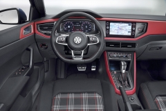Moderní interiér nové generace Volkswagenu Polo dostal několik specialit pro verzi GTI. Jde hlavně o sportovní sedadla s károvaným čalouněním, specifický volant či ocelové pedály. Připraveny jsou různé verze dekorů obložení interiéru