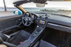 Verze GTS jsou vybavené alcantarou čalouněným volantem sprůměrem 365 mm