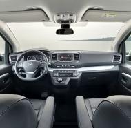 Palubní deska zaujme přehledností, pozice za volantem je vzpřímená, nicméně vzhledem k charakteru vozu pohodlná