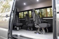 Základem vestavby je devět podélných hliníkových lišt, do nichž lzevariabilně upevňovat samostatná sedadla. Podobné lišty po stranách nákladového prostoru slouží pro připevnění kotevních okpro fixaci nákladu