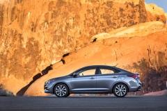 Splývající záď tříprostorového sedanu vytváří dojem fastbacku. O příslušnosti k značce Hyundai přitom nemůže být pochyb