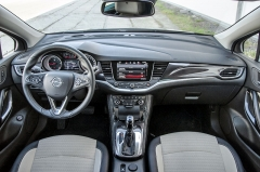 Typ Astra aktuální generace si narozdíl od některých konkurentů ponechal rozumné množství pevných přepínačů, což přináší celkově jednodušší ovládání