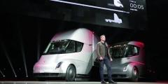 Elon Musk představuje své řešení Tesla Semi – první standardní, druhé saerodynamickým paketem.