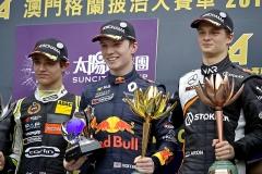 Zleva Lando Norris, evropský mistr F3, Dan Ticktum, vítěz závodu, aEstonec Ralf Aron na stupních vítězů v Macau