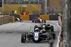 Ferdinand Habsburg vede před Lando Norrisem (oba Dallara F317 VW) na městském okruhu Grand Prix Macau