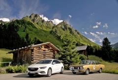 "V alpském podhůří. Vlevo nová Insignia GS, vpravo Commodore GS/E. Význam zkratek je stejný, ""Grand Sport"""