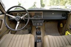 Velký a tenký volant, ale také bohatě vystrojený přístrojový štít. Vše je původní, dojem kazí jen novodobé autorádio