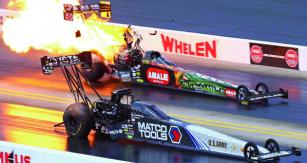 """Top Fuel je vrcholná disciplína. Ani zde není nouze o""""výbuchy motorů"""", vždyť si uvědomme, že vtomto okamžiku           spalovací, pístový motor produkuje výkon blízký 10000 koní!"""