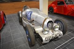 """V závodech úspěšná """"šestnáctka"""" z roku 1949, vítěz Bol d'Or 1952, tentokrát pořádaného vLinas-Montlhéry"""