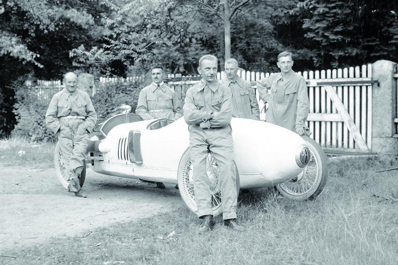 Ferdinando Minoia před svým vozem Benz Tropfenwagen vItálii naMonze roku 1923.