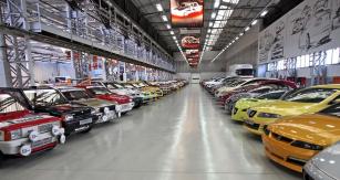 Jedna z hal továrny Zona Franca slouží jako depozitář historických vozů, ale i konceptů