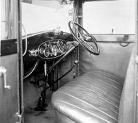 Pracoviště řidiče limuzíny Škoda 860 na snímku pořízeném v únoru 1930