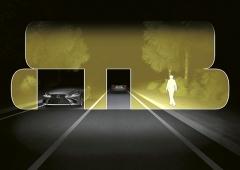Každý světlomet má 16 LED zdrojů umožňujících cíleně vykrývat objekty, a tím mimo města bez oslňování trvale používat dálková světla