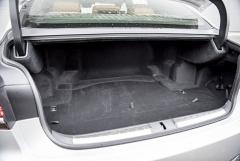 Zavazadlový prostor s objemem 430 l omezují u hybridní verze akumulátory umístěné za zadními sedadly