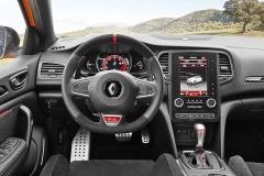Palubní deska je takřka stejná jako u standardních modelů Mégane. Interiér oživují rudé detaily. Přístrojový štít mění grafiku vzávislosti na zvoleném režimu